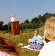 Kanzel in freier Natur, Pastor Manfred Arendt predigt