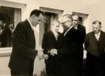Der Gemeindeleiter aus Pinneberg (Walter Poss) überreicht dem Pastor Herbert Szepan den Schlüssel zur neuen Kapelle.