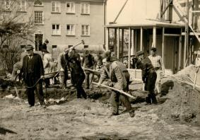Bau der ersten Kapelle (1959/1960). Links im Bild der Kassierer der Station Uetersen Walter Dorra (mit Hut).