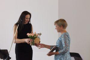 Gemeindeleiterin Randi Heppner überreicht Maike Böhl ein Willkommensgeschenk